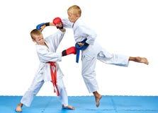 Zwei Athleten bilden Karateschläge aus stockfotografie