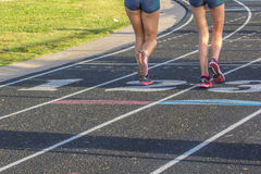 Zwei Athleten, die auf einer Bahn laufen Lizenzfreie Stockbilder