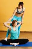 Zwei Athleten teilgenommen an Yoga stockbild