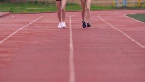 Zwei athletische Freundfrauen Läuferfrau Eignung, die in der städtischen Stadt rütteln stock footage