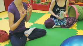 Zwei athletische Mädchen, die Yoga tun stock video