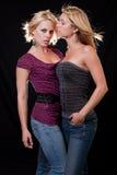 Zwei attraktive blonde kaukasische Frauen Stockbilder