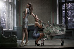 Zwei attraktive Damen Stockbilder