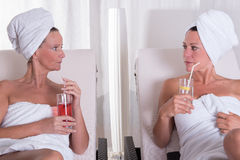 Zwei attraktive Frauen, die nach der Sauna stillstehen lizenzfreie stockfotos