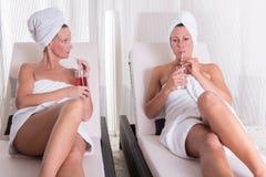 Zwei attraktive Frauen, die nach der Sauna stillstehen stockbild