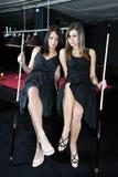 Zwei attraktive Frauen, die Snooker spielen Lizenzfreie Stockfotos