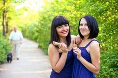 Zwei attraktive Frauen mit Eiscreme im Sommer parken stockfoto