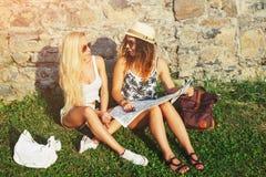 Zwei attraktive Frauentouristen, die an den Feiertagen in der Stadt reisen Gi Stockbild