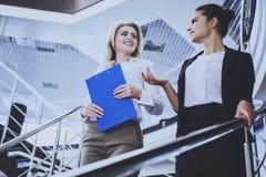 Zwei attraktive Geschäftsfrauen, die auf Treppe stehen Lizenzfreie Stockfotos