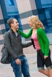 Zwei attraktive junge Leute trafen sich in der Straße Stockbilder