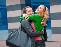 Zwei attraktive junge Leute trafen sich in der Straße Stockbild