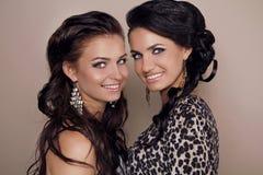 Zwei attraktive lächelnde Freundinnen, Schwestern Stockfotografie