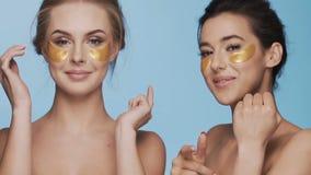 Zwei attraktive Mädchen am Studiohintergrund stock video