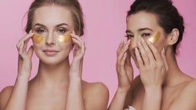 Zwei attraktive Mädchen am Studiohintergrund stock footage