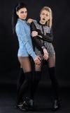 Zwei attraktive umgearbeitete Freundinnen - blond und Brunette Lizenzfreie Stockbilder