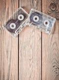 Zwei Audiokassetten auf einem Holztisch Retro- Medientechnik von den achtziger Jahren Liebe von Musik Kopieren Sie Platz Beschnei Lizenzfreie Stockfotos
