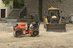 Zwei Aufbaufahrzeuge im Bauland Stockfotos
