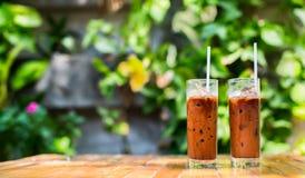 Zwei Auffrischungsgefrorene Kaffee in einem Gartencafé auf einem schönen summ Lizenzfreie Stockbilder