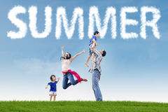 Zwei aufgeregte Eltern mit Kindern am Feld Stockfotos