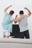 Zwei aufgeregte Fußballfans, die fernsehen Lizenzfreie Stockfotografie
