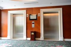 Zwei Aufzüge Stockbild