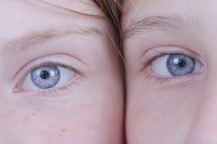 Zwei Augen des jungen Mädchens, betrachten sie die Kamera, Porträtkinder, Makro, zuhause stockfotografie