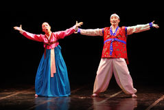 Zwei Ausführende koreanischen traditionellen Tanzes Busans lizenzfreie stockfotos