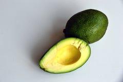 Zwei Avocados auf einem weißen Hintergrund stockbilder