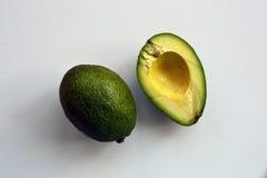 Zwei Avocados auf einem weißen Hintergrund stockfotografie