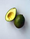 Zwei Avocados auf einem weißen Hintergrund stockbild