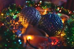 Zwei Bälle blau und silberne Farbe, Weihnachtsdekorationen in den Lichtern einer Girlande stockfotos
