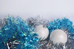 Zwei Bälle der weißen Weihnacht auf dem Lametta Stockbilder