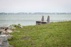 Zwei Bänke auf der Ufergegend stockfotos