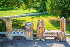 Zwei Bänke in Form von Katzen im Park Stockfotografie