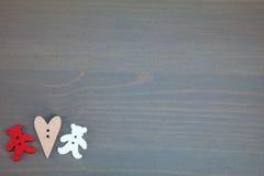 Zwei Bären mit Herzen auf grauem hölzernem Hintergrund Lizenzfreie Stockbilder
