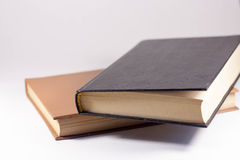 Zwei Bücher auf einem weißen Hintergrund stockfotos