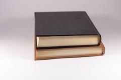 Zwei Bücher auf einem weißen Hintergrund stockbild