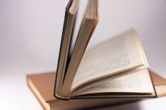 Zwei Bücher auf einem weißen Hintergrund lizenzfreie stockfotos