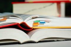 Zwei Bücher geöffnet und gestapelt Stockfotografie