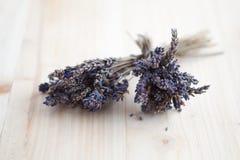 Zwei Bündel des getrockneten Lavendels auf einer hölzernen Tabelle Stockfoto