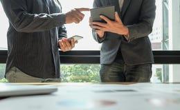 Zwei Büroangestellte analysieren Daten, Geschäftskonzepte Stockfotografie