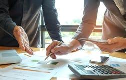 Zwei Büroangestellte analysieren Daten, Geschäftskonzepte Lizenzfreies Stockfoto