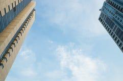 Zwei Bürogebäude und blauer Himmel Stockfoto