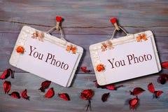 Zwei Büroklammern auf einem hölzernen Hintergrund Stockfotos