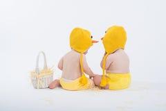 Zwei Babys in den Hühnerkostümen stockbilder