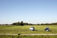 Zwei Ballen Heu eingewickelt im gestreiften Schwarzweiss-Plastik lizenzfreies stockbild