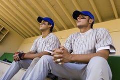 Zwei Baseball Team-mates, die im Einbaum sitzen Stockbild