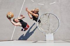 Zwei Basketball-Spieler Lizenzfreies Stockfoto