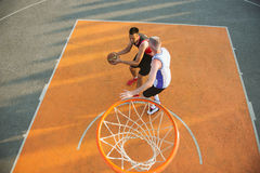 Zwei Basketball-Spieler auf dem Gericht im Freien stockfotografie