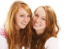 Zwei bayerische gekleidete Mädchen des glücklichen Redhead Lizenzfreie Stockbilder